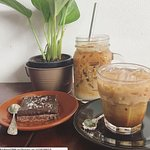Large and small ice coffee with our raw chocolate slab.
