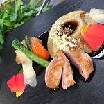 Gebratene Brust und Ravioli von der Wachtel mit Blütenjus, Parmesan und Wildkräutern
