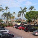 Blick zur Poolbar und Strand