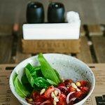 Сезонные томаты с молодым шпинатом и ароматным маслом