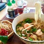Udon Reisnudeln mit Garnelen und Scheiben vom gerösteten Schwein