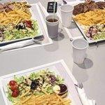 assiette frites salades viandes