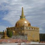 Eine der beiden Stupas auf dem Weg zum Tempel