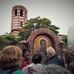 Rehberimiz Churc of St.Nicholas'ın önünde yapıtı hakkında bilgilendiriyor.