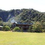La fachada del lodge y parte de su entorno