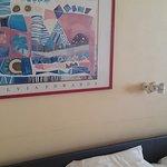 une déco qui a bien 20 ans, avec les murs qui ont gardé les traces d'ancien mobilier