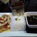 Pollo a la criolla, arroz blanco, habichuelas negras y amarillos.