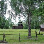 На территории проложены деревянные настилы к домам и вдоль мощеных дорожек для удобства ходьбы.