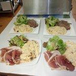 Truffade pomme de terre fraiche,tome,cantal,ail servis avec du jambon d'Auvergne et de la salade