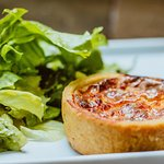 QUICHE + MINI SALADA