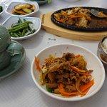 El plato principal (cerdo picante) y una taza de té.