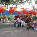 10お祭り会場入口・お寺の向かい、ピン川沿い