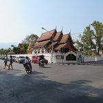1ワット・プラシンか左側に行き、最初の交差点の角のお寺