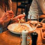 Tagliatelle im Parmesanlaib geschwenkt / mit schwarzem Sommertrüffel