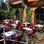 Die Terrasse vor dem Restaurant Mangold