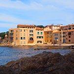 La vieille tour et la plage de la Ponche à Saint-Tropez