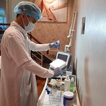 Bác sĩ Linda Spa đang dùng công nghệ PRP chăm sóc da cho khách hàng