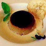 Flan de moka con sopa de chocolate blanco