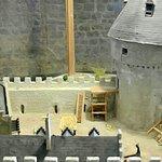 Salle du seigneur: la maquette de la forteresse : l'accès en bois du donjon par le 1er étage