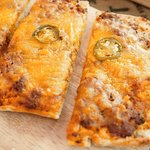 coca jalisco: jalapeños, salsa boloñesa y queso cheddar