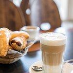 wochentags ab 6:30 Uhr Kaffee & Gipfeli