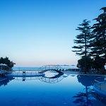Собственный открытый бассейн на фоне моря в вечернее время