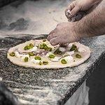 le mani dei maestri pizzaioli....