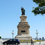 памятник адмиралу на балконе