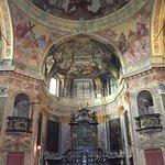 La pala d'altare, raffigurante la Pietà, opera del pittore Fermo Stella da Caravaggio