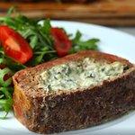 Rolo de carne recheado com molho de espinafres e queijo