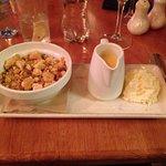 Crumble di mele con crema pasticciera calda e panna montata