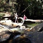 Lado oposto a cachoeira, piscina natural