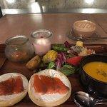 サーモンとクリームチーズのオープンサンドウィッチプレート