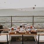 Terasta balonların dansı ile organik kahvaltı