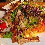 Großer Salat mit Roastbeefstreifen € 13,90