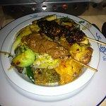 Een bord vol witte rijst en heerlijke Besar hapjes
