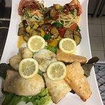 Fisch Platte , Rinder Steak in Grill mit Frischem Gemüse