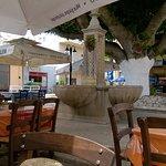 C'est agréable de manger sous les arbres tout prés de la fontaine