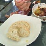 Jamon Serrano, zauzené olivy a pečivo