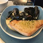 Fresh mussels with garlic bread