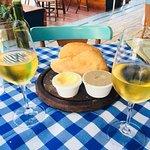 Vinho Branco e couvert do pão da incrível boulangerie! Acompanhã Manteiga + Patê de fígado