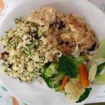 Vocë pode escolher variados tipos de saladas ou proteinas para montar seu prato como preferir.