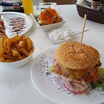 Hamburger, verse friet, salade en shaslick