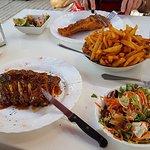Spareribs, salade, verse friet en schnitzel