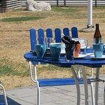 Flera bord som inte dukats av