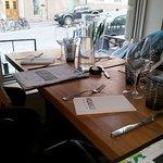 ein Blick auf den Tisch und aus dem Fenster - gemütlich ist es