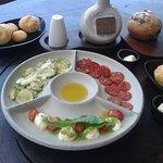 Couvert mediterrâneo mineirinho: pão de queijo, mozarela de búfala, abobrinha e embutido e pães