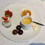 Plateau de fruits de mer, café gourmand, coupe normande.