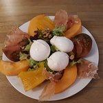 Salade de jambon de Parme, mozzarella de Bufala, tomates, melon, pignons !