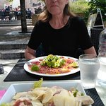 Salade Ceasar en Carpaccio van tonijn met roze peper